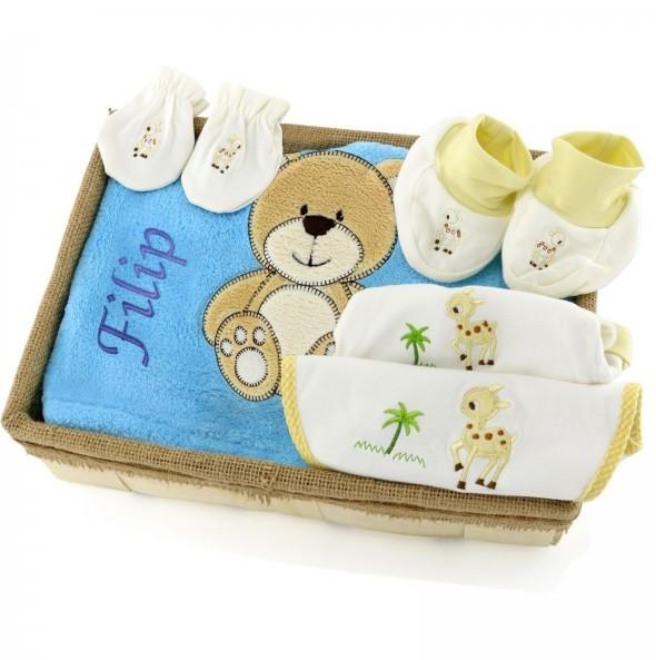 kocyk z haftem i czapeczka na prezent dla noworodka