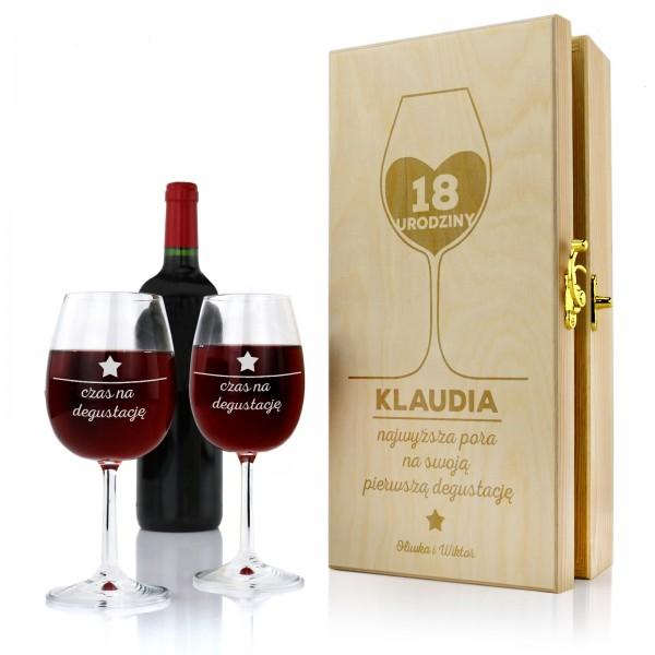 drewniana skrzynka na wino z kieliszkami i grawerem na osiemnastkę