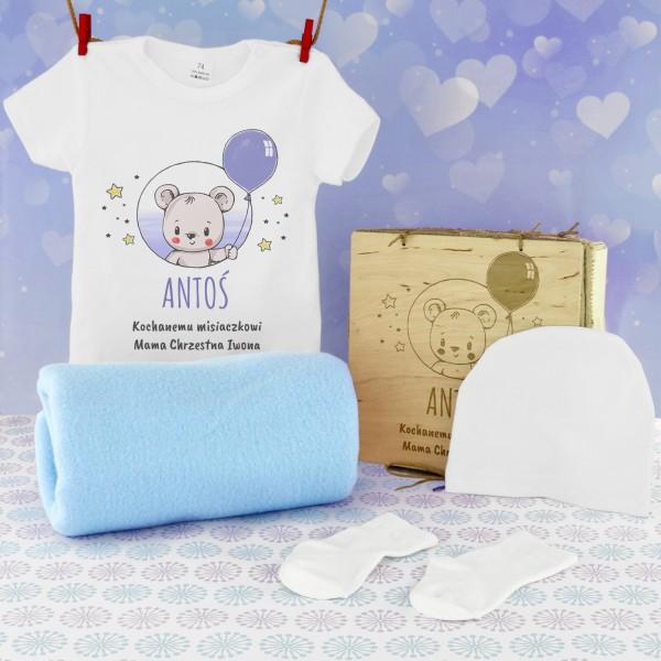 prezent na narodziny dziecka body z nadrukiem i akcesoriami