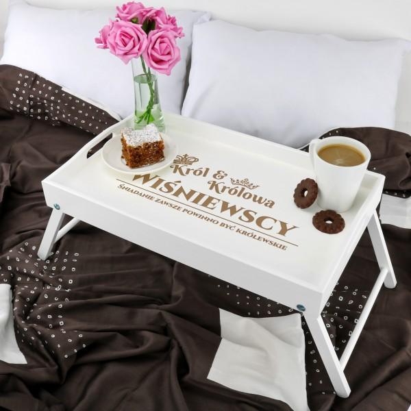 co kupić na parapetówkę dla pary? grawerowany stolik śniadaniowy