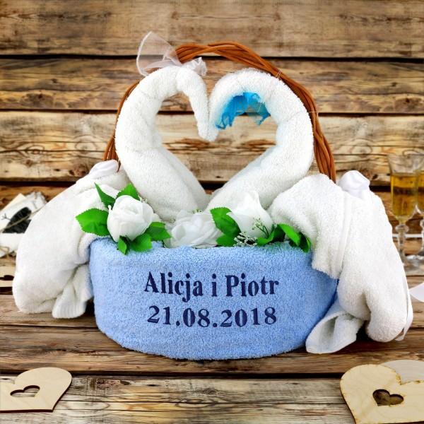 Co kupić na rocznicę ślubu cioci i wujka? personalizowane ręczniki w koszu