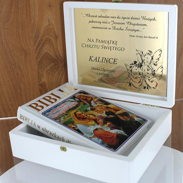 Biblia w drewnianym pudełeczku z grawerem na tabliczce