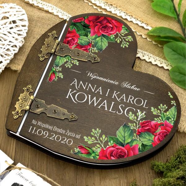 drewniany album w kształcie serca z nadrukiem dedykacji na prezent na ślub