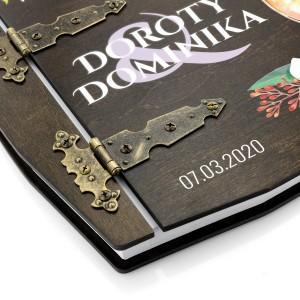 stylowe zawiasy spinające drewniany album z nadrukiem na prezent ślubny