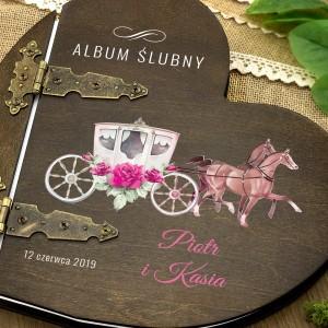 kolorowy nadruk personalizacji na  albumie w drewnianej oprawie na prezent dla młodej pary