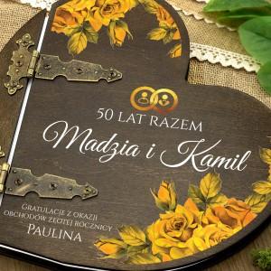 kolorowy nadruk personalizacji na  albumie w drewnianej oprawie na prezent dla pary na złote gody