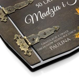 stylowe zawiasy spinające drewniany album z nadrukiem na prezent na złotą rocznicę