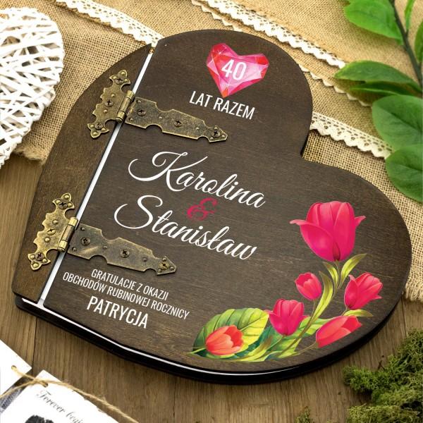 drewniany album w kształcie serca z nadrukiem dedykacji na prezent na 40 rocznicę