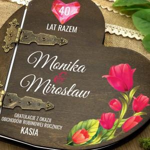 kolorowy nadruk personalizacji na  albumie w drewnianej oprawie na prezent dla pary na rubinowe gody