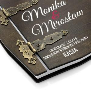stylowe zawiasy spinające drewniany album z nadrukiem na prezent na rubinową rocznicę