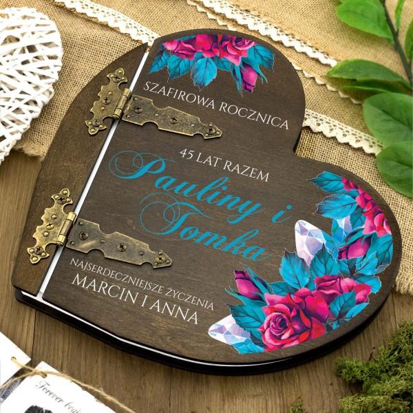 drewniany album w kształcie serca z nadrukiem dedykacji na prezent na 45 rocznicę ślubu