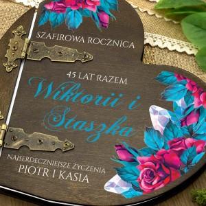 kolorowy nadruk personalizacji na  albumie w drewnianej oprawie na prezent dla pary na szafirowe gody