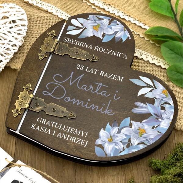 drewniany album w kształcie serca z nadrukiem dedykacji na prezent na 25 rocznicę ślubu