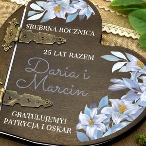 kolorowy nadruk personalizacji na  albumie w drewnianej oprawie na prezent dla pary na srebrne gody