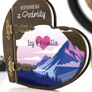 kolorowy nadruk personalizacji na  albumie w drewnianej oprawie na prezent dla pary przyjaciół