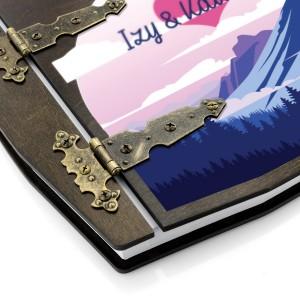 stylowe zawiasy spinające drewniany album z nadrukiem na prezent dla rodziców