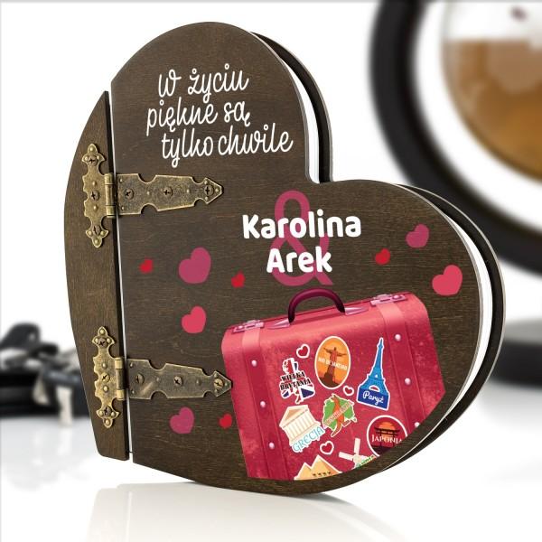 drewniany album w kształcie serca z nadrukiem dedykacji na prezent dla pary