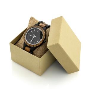 drewniany zegarek na poduszeczce w pudełku prezentowym na prezent dla męża na rocznicę ślubu