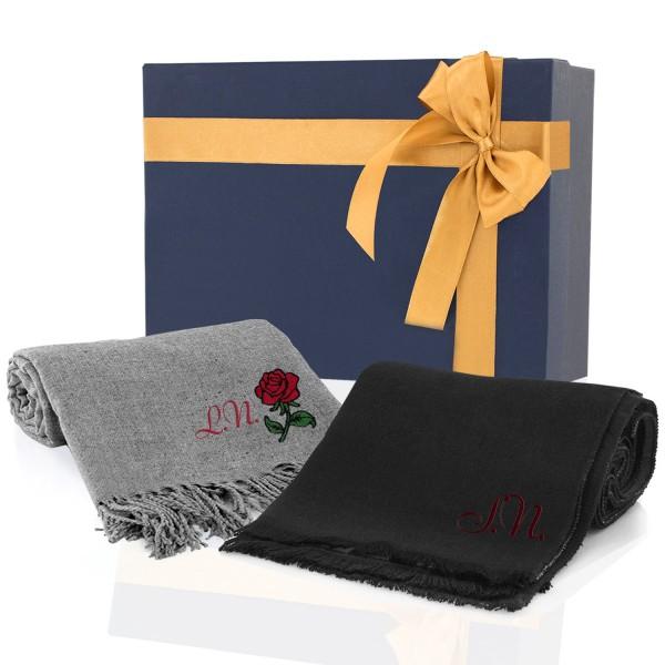 Zestaw 2 szalików w ozdobnym opakowaniu sprawdzi się jako prezent na dzień babci i dziadka