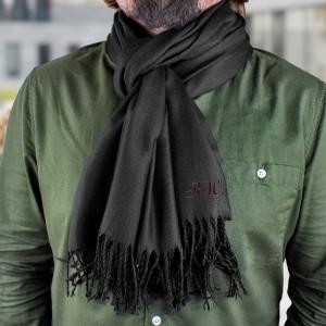 Czarny szalik z haftem inicjałów sprawdzi się jako prezent na dzień dziadka