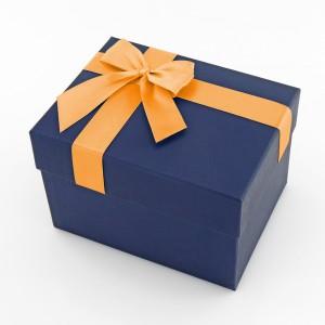 ozdobne pudełko w które zostaną zapakowane szaliki z inicjałami dla dziadków