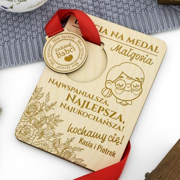 medal z grawerem na podstawce z dedykacją na prezent dla babci