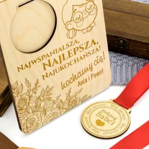 grawer dedykacji na podstawce i medalu na prezent na dzień babci