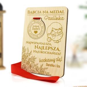 komplet medal i podstawka z grawerem personalizacji na prezent na urodziny babci