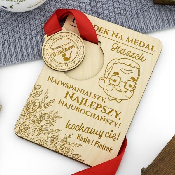 medal z grawerem na podstawce z dedykacją na prezent dla dziadka
