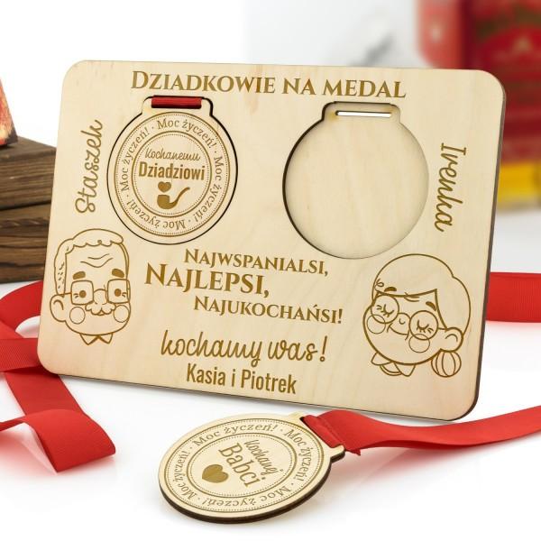 medale z grawerem na podstawce z dedykacją na prezent dla dziadków
