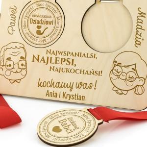 grawer dedykacji na podstawce i medalach na prezent na dzień dziadka i babci
