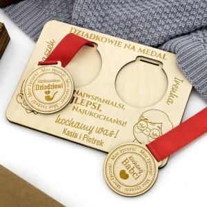 komplet medali z podstawka z grawerem personalizacji na prezent z okazji dnia babci i dziadka