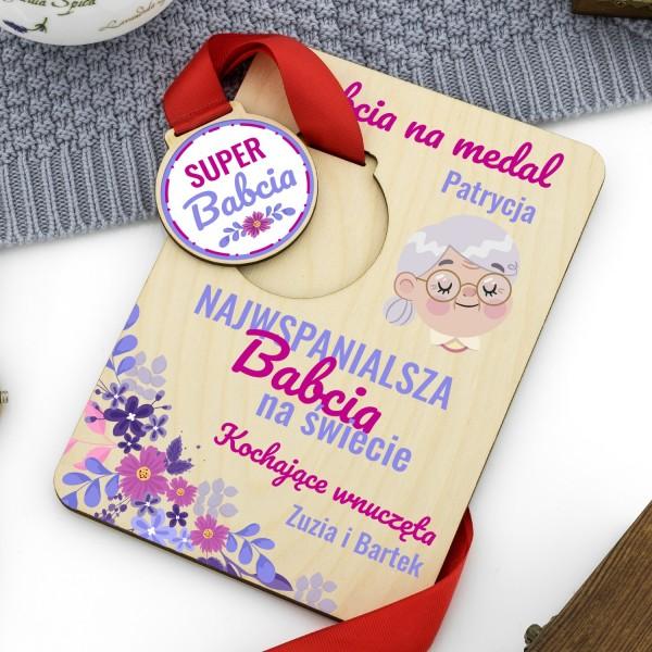medal z nadrukiem na podstawce z dedykacją na prezent dla babci