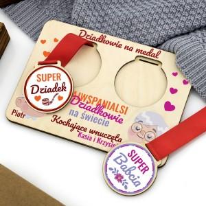 komplet medali z podstawka z nadrukiem personalizacji na prezent z okazji dnia babci i dziadka