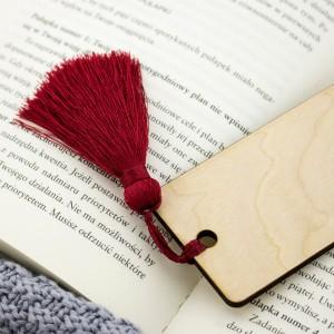 czerwony pomponik przy zakładce do książki na prezent dla babci na urodziny