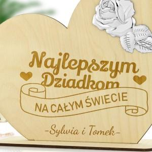 rawer dedykacji na statuetce serce z emblematem róży na prezent dla dziadków