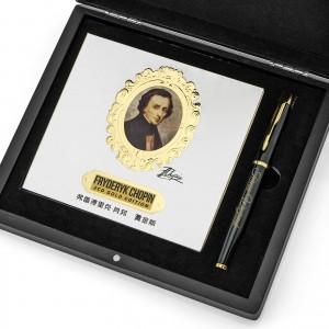album z utworami Chopina i pióro w pudełku na ekskluzywny prezent dla szefowej na imieniny