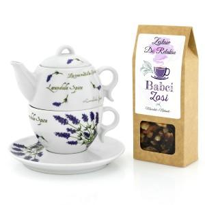 czajnik ustawiony na filiżance i pudełko herbaty z dedykacją dla babci