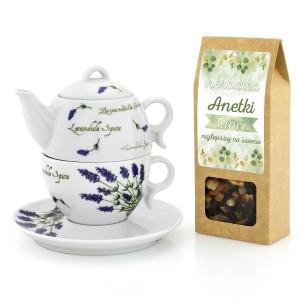 czajnik ustawiony na filiżance i pudełko herbaty z dedykacją dla cioci