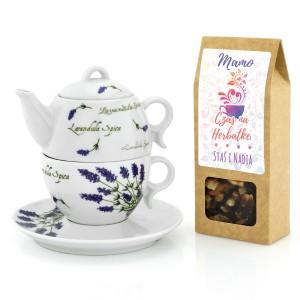 czajnik ustawiony na filiżance i pudełko herbaty z dedykacją dla mamy