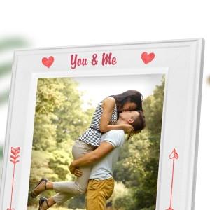 biała ramka na zdjęcia z kolorowym nadrukiem personalizacji na walentynki