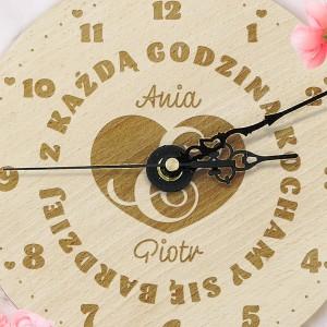 grawer personalizacji na zegarze na upominek walentynkowy dla niej
