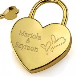 grawer personalizacji na złotej kłódce miłości na walentynki dla pary zakochanychzłota kłódka z kluczykiem na upominek walentynkowy