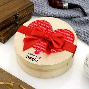 Pudełko ze slodyczami, z nadrukiem serca i imion na prezent dla niego na walentynki