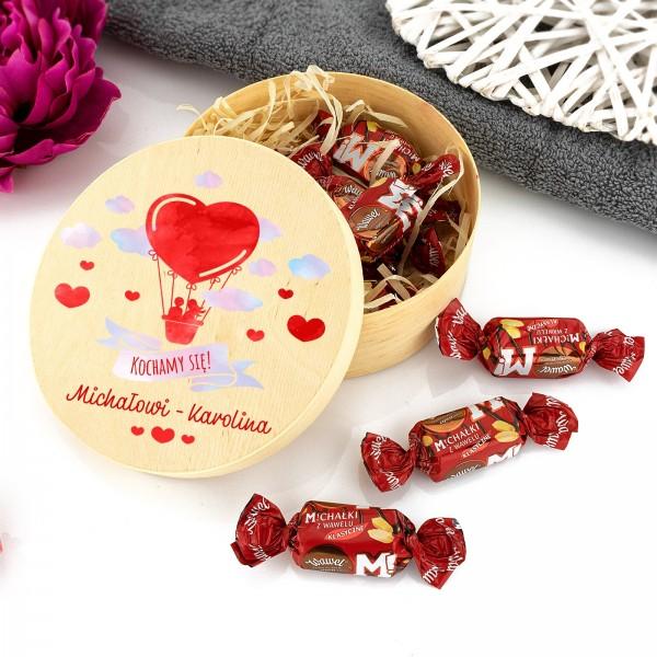 Zestaw słodkości w drewnianym okrągłym pudełku z kolorowym nadrukiem