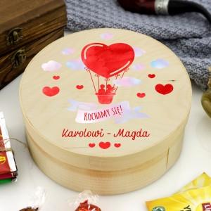 Kolorowy nadruk kochamy się na drewnianym pudełku z cukierkami