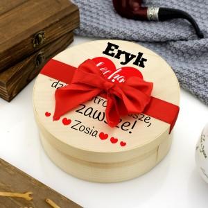 Zestaw słodyczy w okrągłym drewnianym pudełku z nadrukiem na prezent