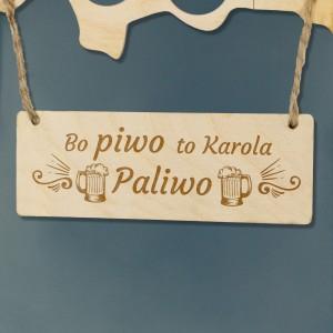 Personalizowany napis na tabliczce dołączonej do mapy z grawerem imienia