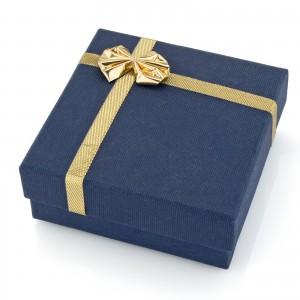 granatowe pudełko jubilerskie na prezent
