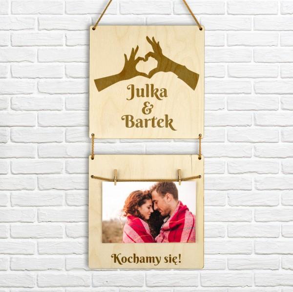 Grawerowana ramka na zdjęcie z drewna z imionami pary na prezent dla zakochanych
